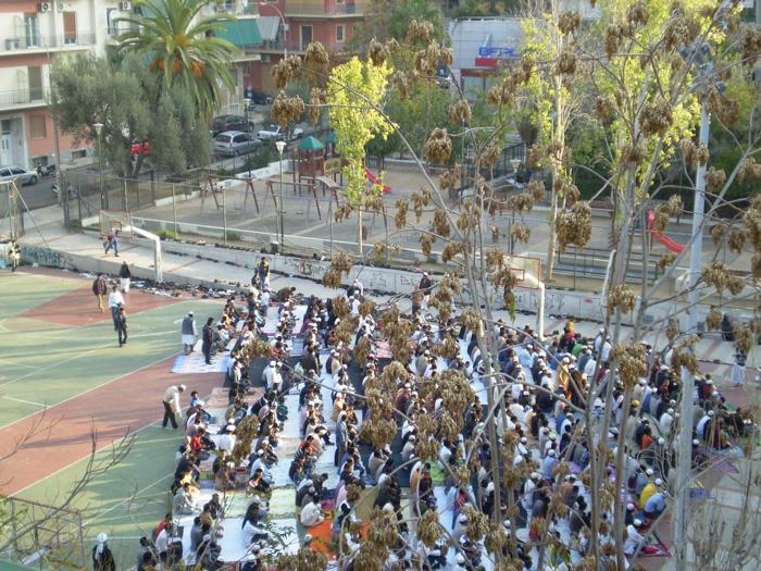 Εικόνα 1: Δημόσια προσευχή Μουσουλμάνων, Κ.Πατήσια, 2013 (Πηγή: Α.Σακελλαρίου)